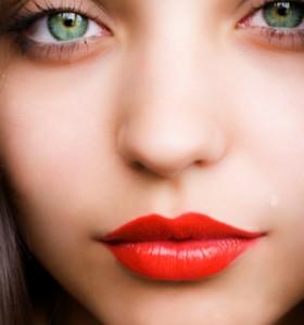 Perfekcyjnie pomalowane usta w modnym kolorze