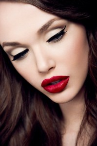 czerwone usta tekst 2 199x300 Perfekcyjnie pomalowane usta w modnym kolorze