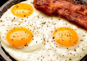 sycące danie jajka na bekonie 2 Sycące danie – jajka na bekonie